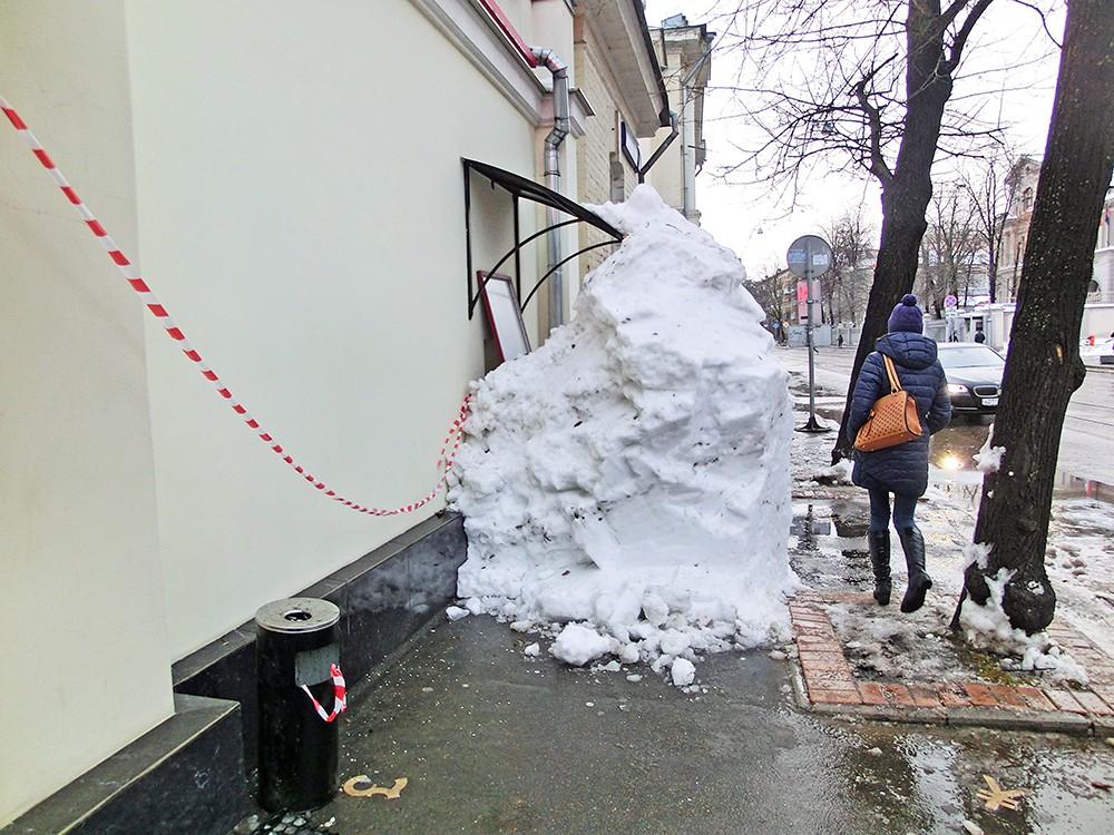 Упавший с крыши снег