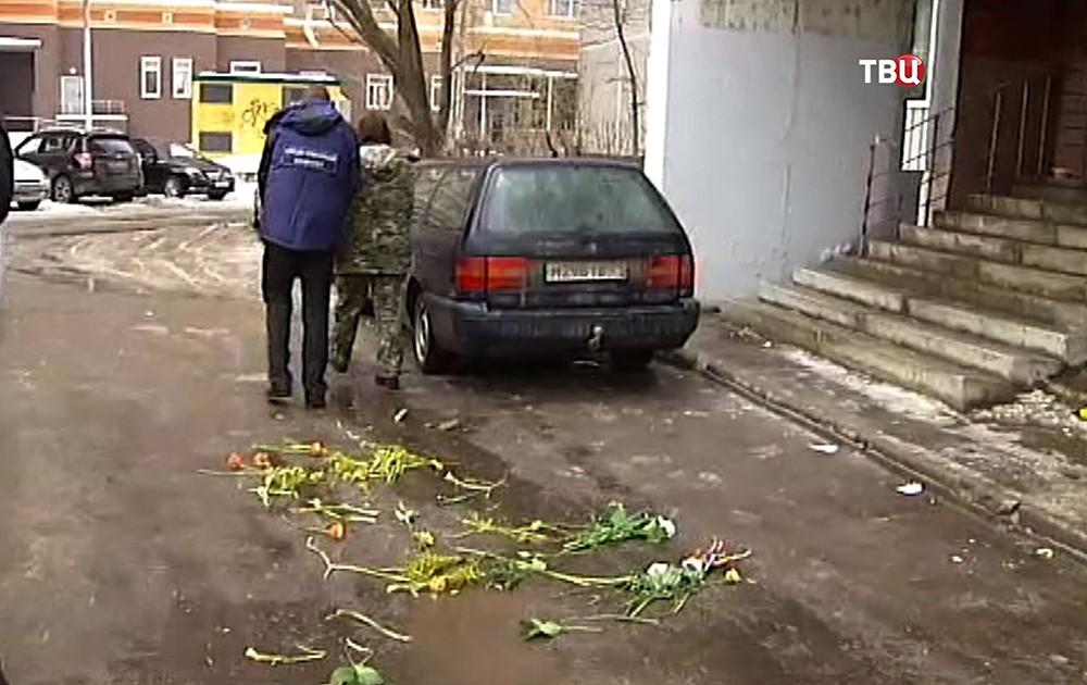 Цветы на месте гибели выброшенного из окна ребенка в Мытищах