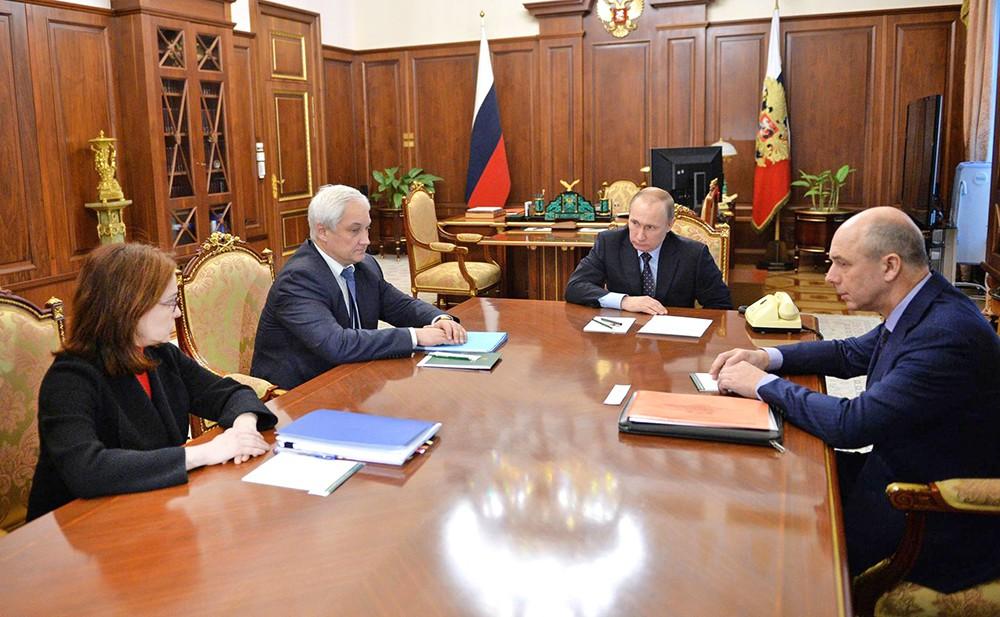 Президент России Владимир Путин провел совещание по экономическим вопросам