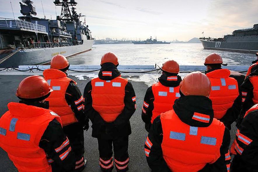 Спасатели МЧС причеле военных кораблей
