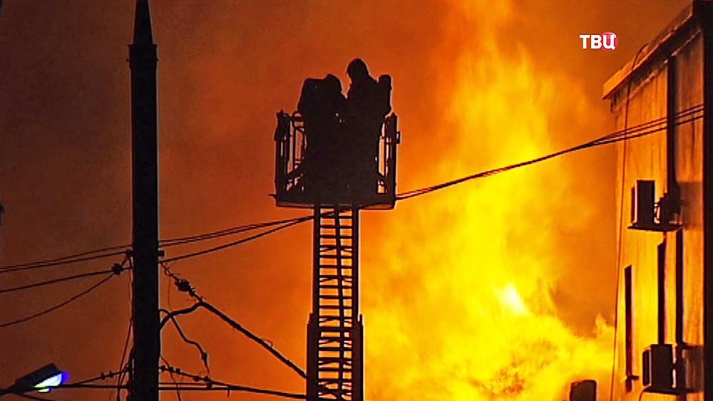 Пожарные расчеты на месте возгорания