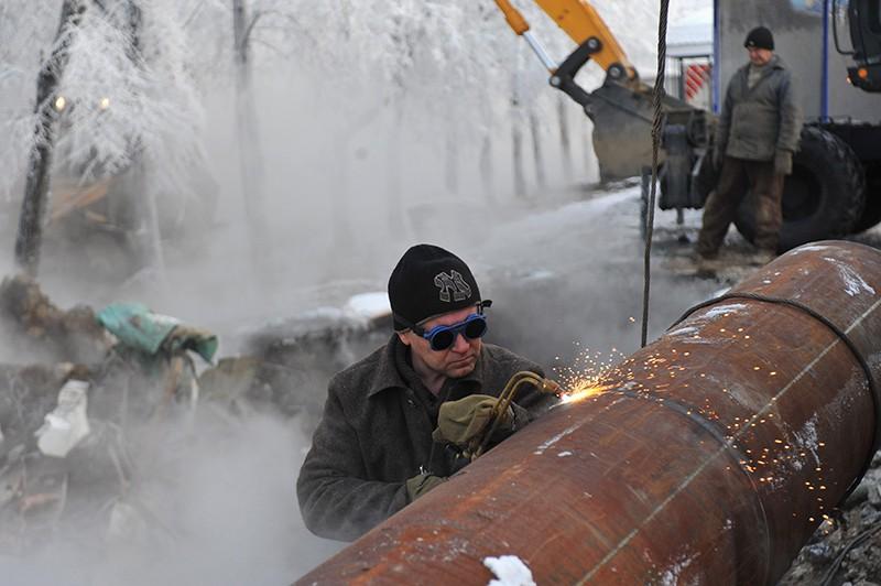 Сотрудники коммунальных служб ликвидируют прорыв магистрального трубопровода теплотрассы