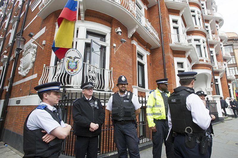Полиция Лондона у посольства Эквадора, где находится Джулиан Ассанж