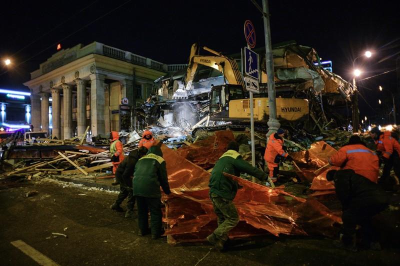 Сотрудники коммунальных служб производят снос незаконно построенных торговых павильонов у метро Новослободская