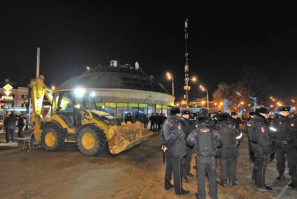Полиция контролирует снос торговых павильонов