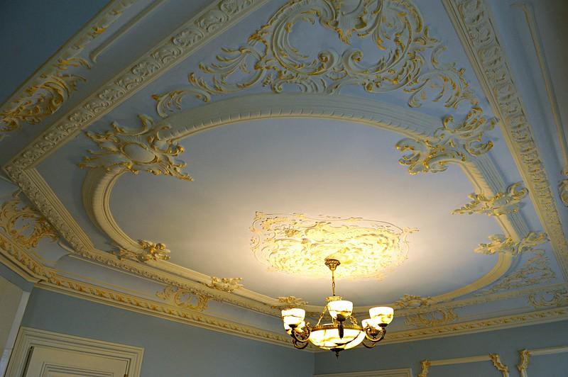 Потолок с лепниной после реставрации