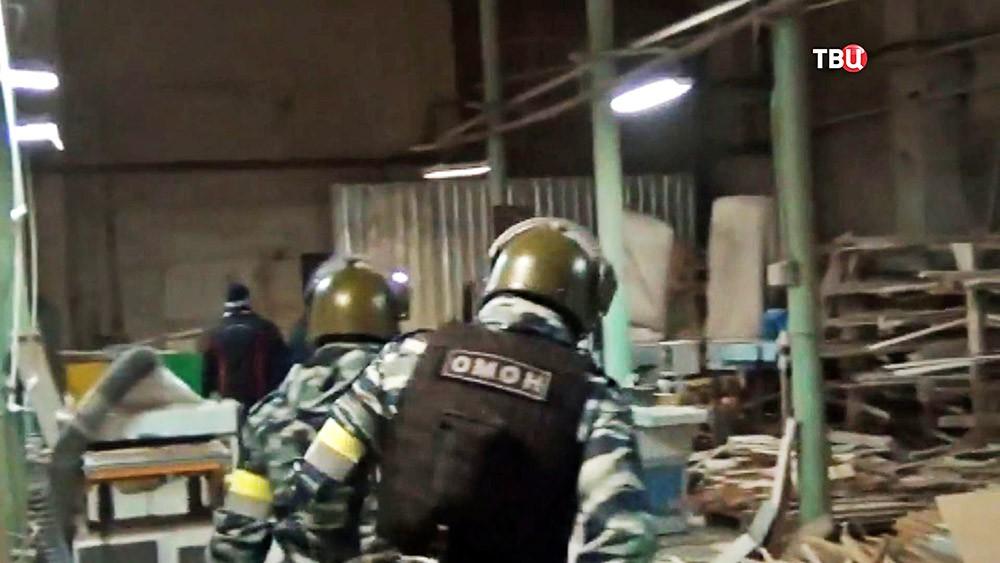 Бойцы ОМОН накрыли подпольный цех