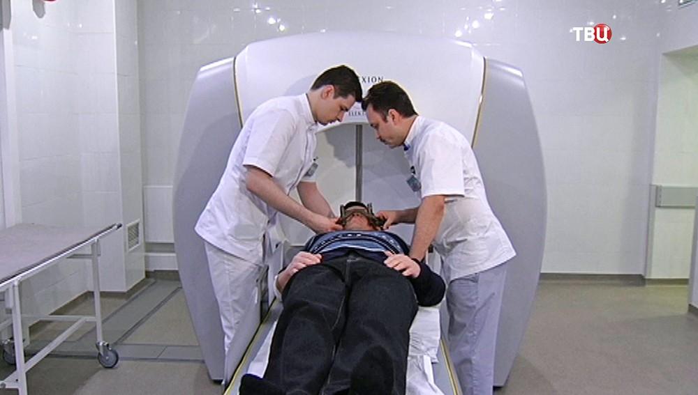 Врачи и пациент в кабинете томографии