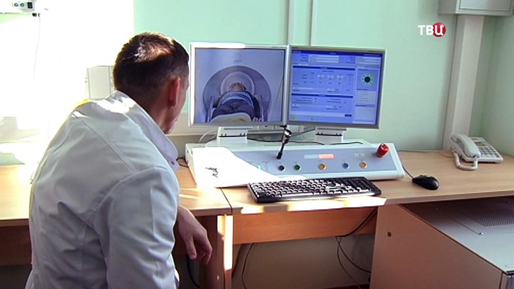 Врач наблюдает за пациентом в кабинете томографии