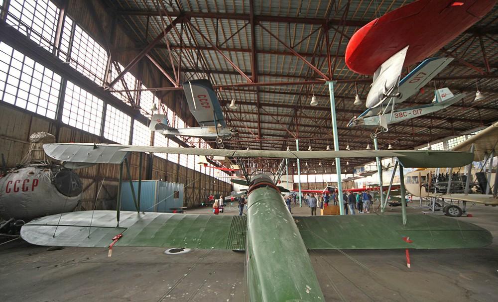 Самолет По-2 и другие экспонаты музея авиации в Монино