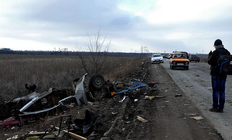Мужчина у места подрыва на мине микроавтобуса в Донецкой области, Украина