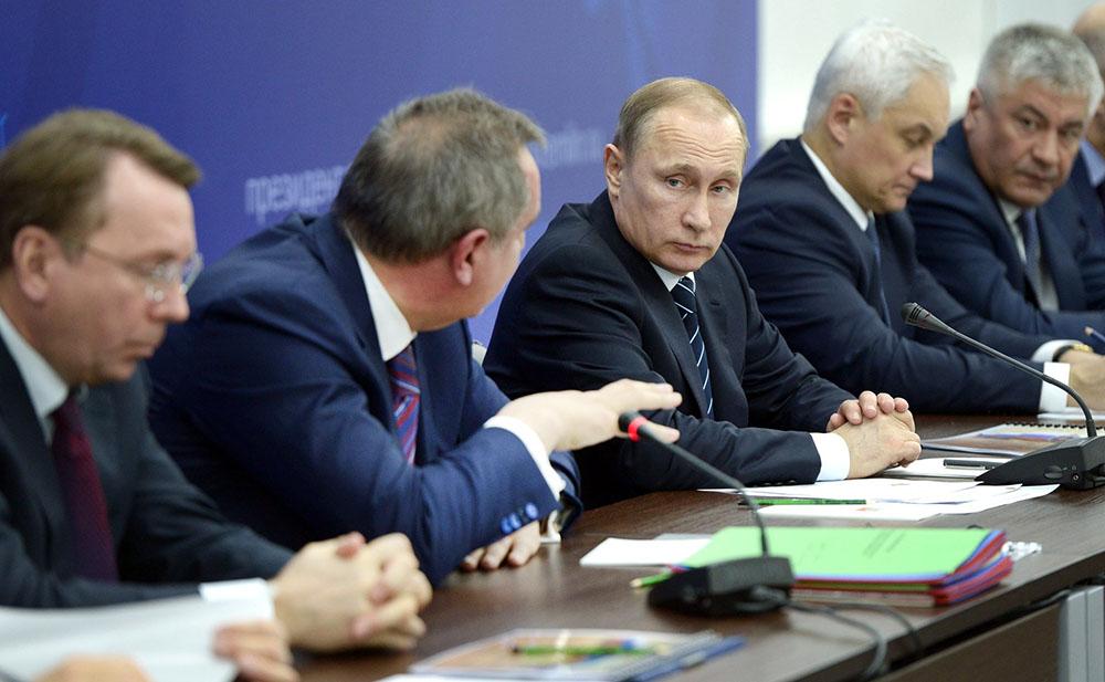 Владимир Путин и Дмитрий Рогозин на совещании