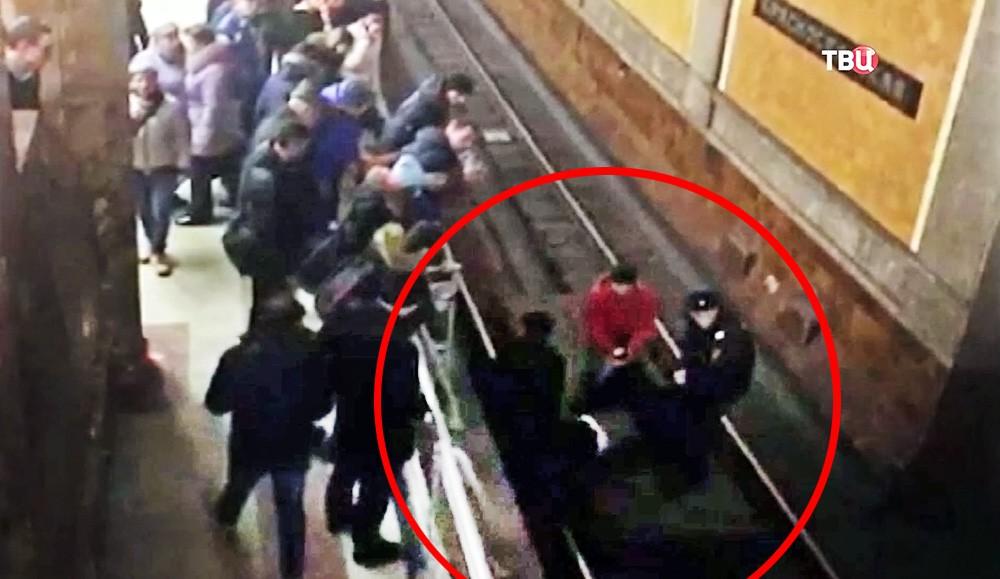 """Полицейские спасают женщину упавшую на рельсы на станции метро """"Красносельская"""""""