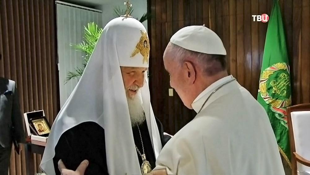Патриарх Московский и всея Руси Кирилл и папа Римский Франциск во время встречи в международном аэропорту имени Хосе Марти в Гаване