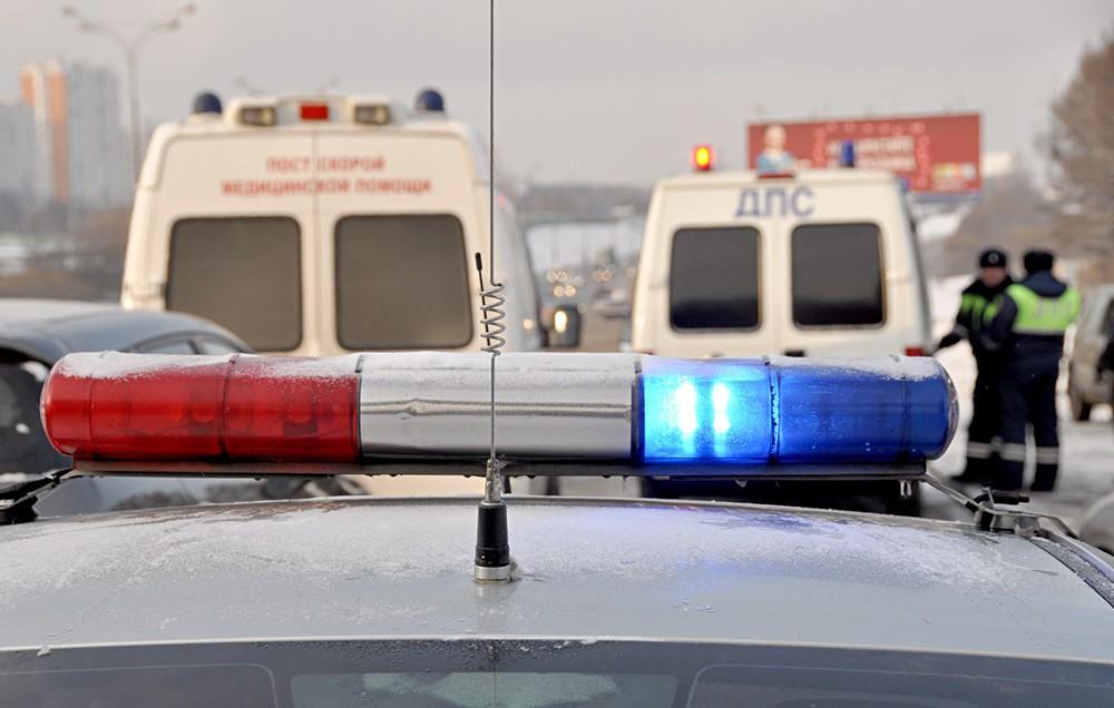 Машины полиции и скорой помощи на месте происшествия