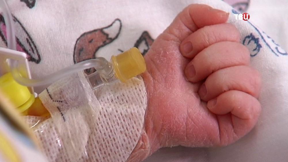 Рука новорожденного ребенка
