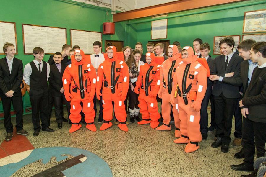 """Школьники посетили ракетный крейсер """"Брянск"""""""