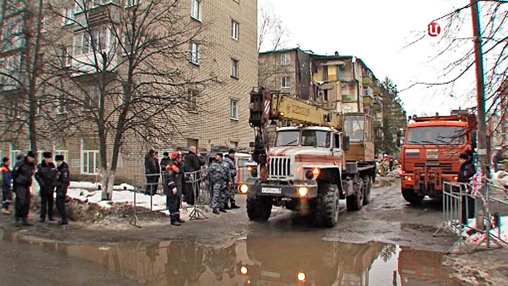 Спасатели МЧС работают на месте обрушения многоквартирного дома в Ярославле