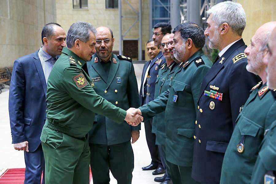 Министр обороны России генерал армии Сергей Шойгу приветствует иранскую делегацию