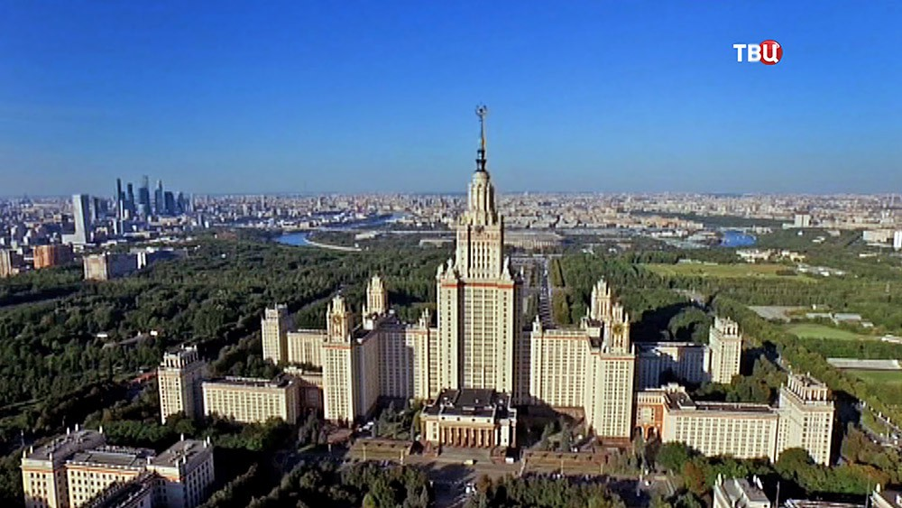 Каждый третий выпускник МГУ в этом году получил красный диплом  Здание МГУ Фото ТВ Центр