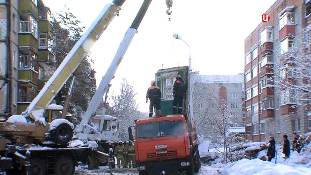 Разбор завалов на месте обрушения многоквартирного дома в Ярославле