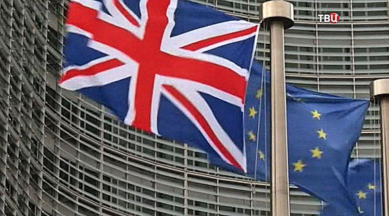 Флаг Великобритании и ЕС на фоне Европейского парламента