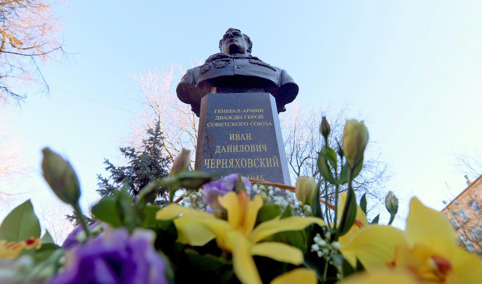 Бюст героя Советского Союза Ивана Черняховского