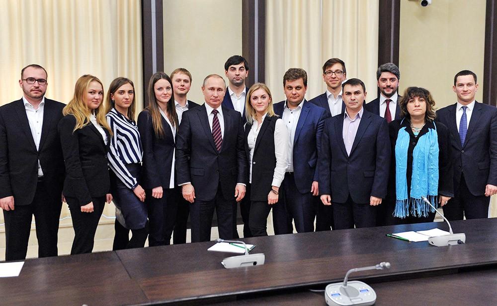 Президент России Владимир Путин и члены заявочного комитета на проведение в России XIX Всемирного фестиваля молодёжи и студентов