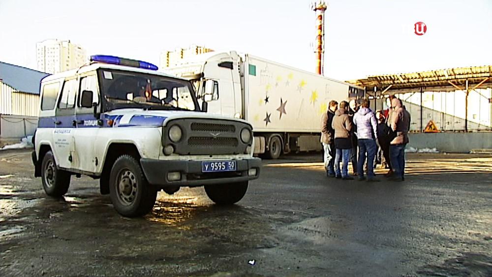 Автомобиль полиции в промзоне