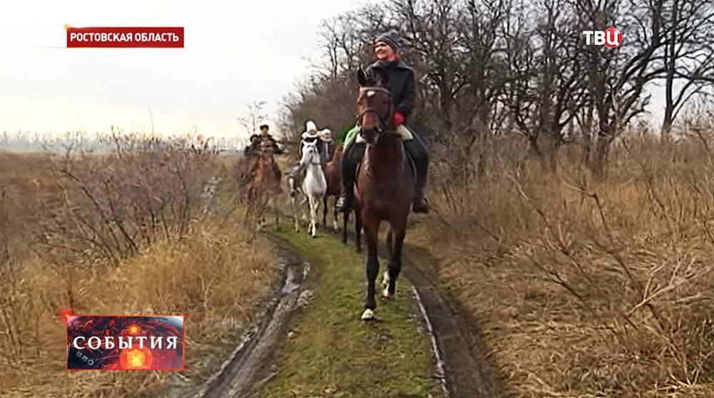 Участники конно-спортивного клуба во время марш-броска