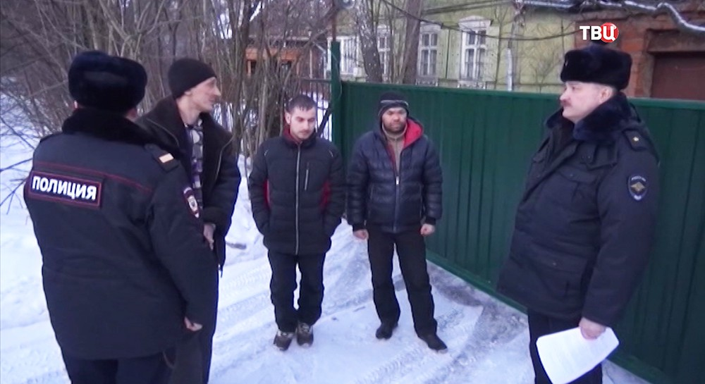 Задержанные в сопровождении сотрудников полиции