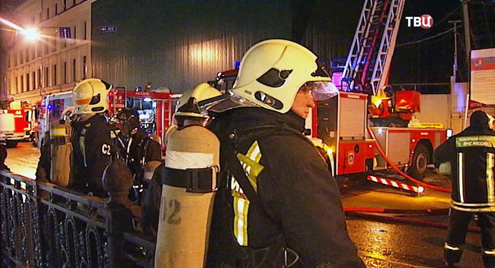 Сотрудники пожарной службы МЧС России на месте возгорания