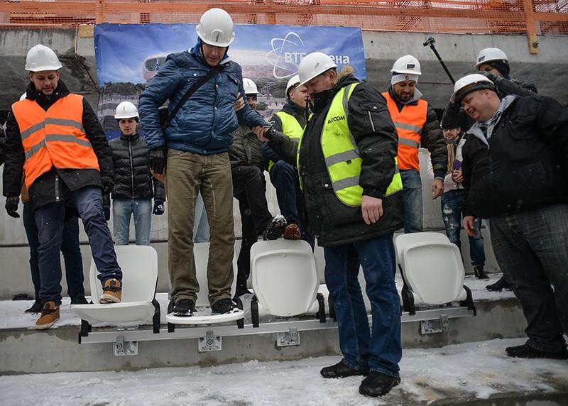 """Болельщики тестируют на прочность новые кресла на стадионе """"Динамо"""""""
