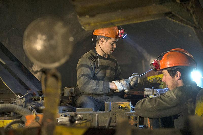 """Рабочие на подземном ремонтном участке на шахте """"Северная"""""""
