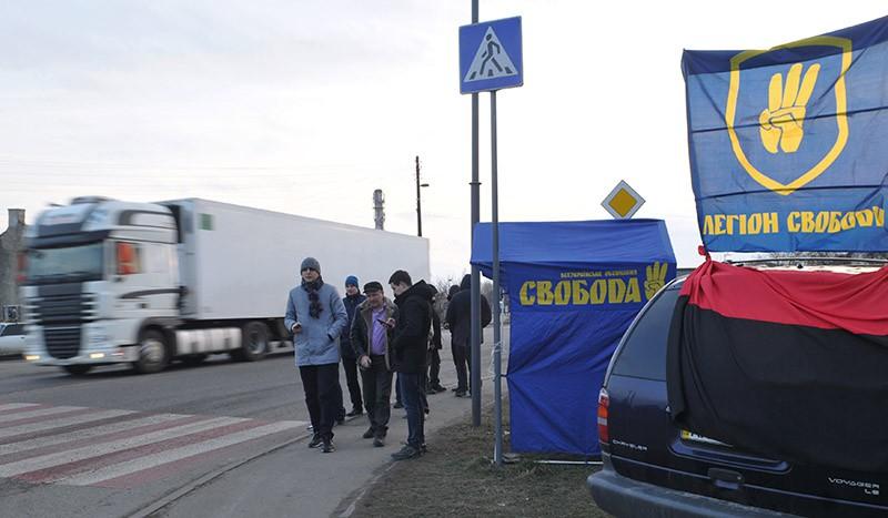 """Украинские активисты стоят на блокпосту националистической партии """"Свобода"""" у города Стрый"""
