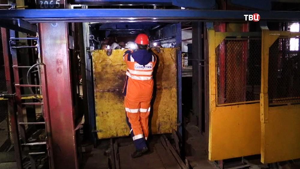 Спасатели МЧС в шахте