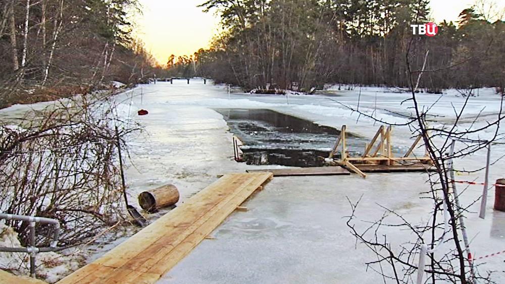 Полынья во льду на озере