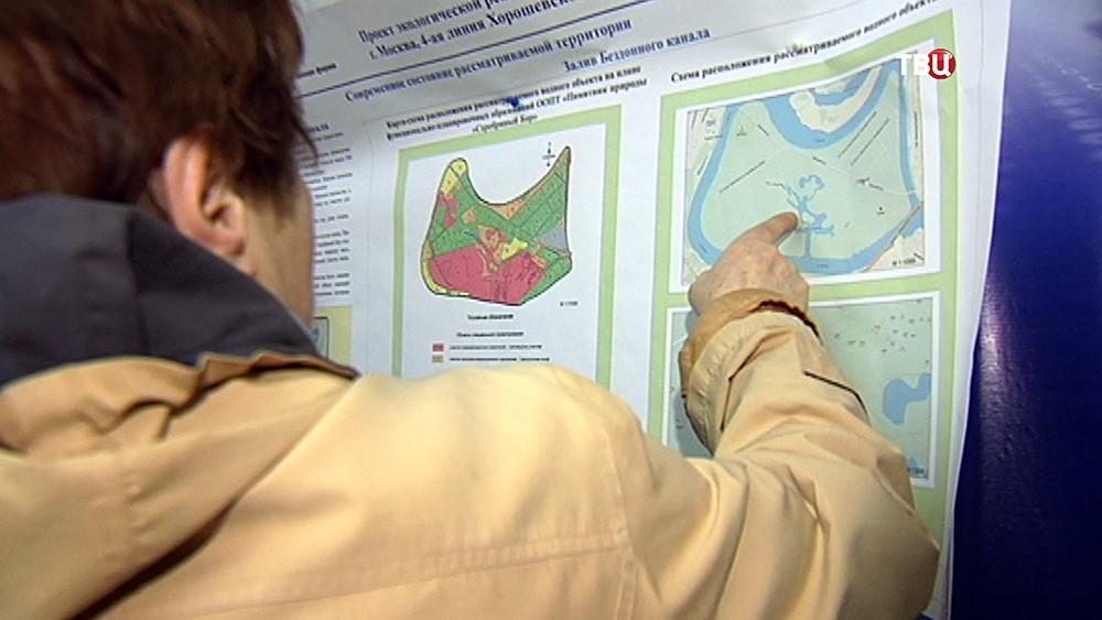 Жители изучают карту водоема