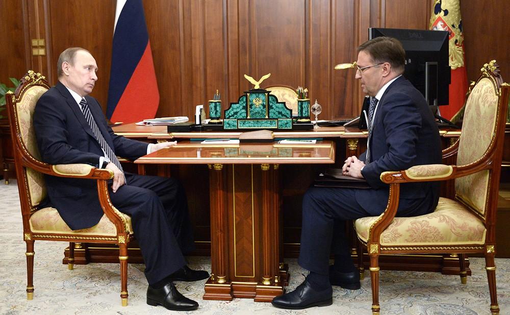Президент России Владимир Путин и глава Ростехнадзора Алексей Алешин