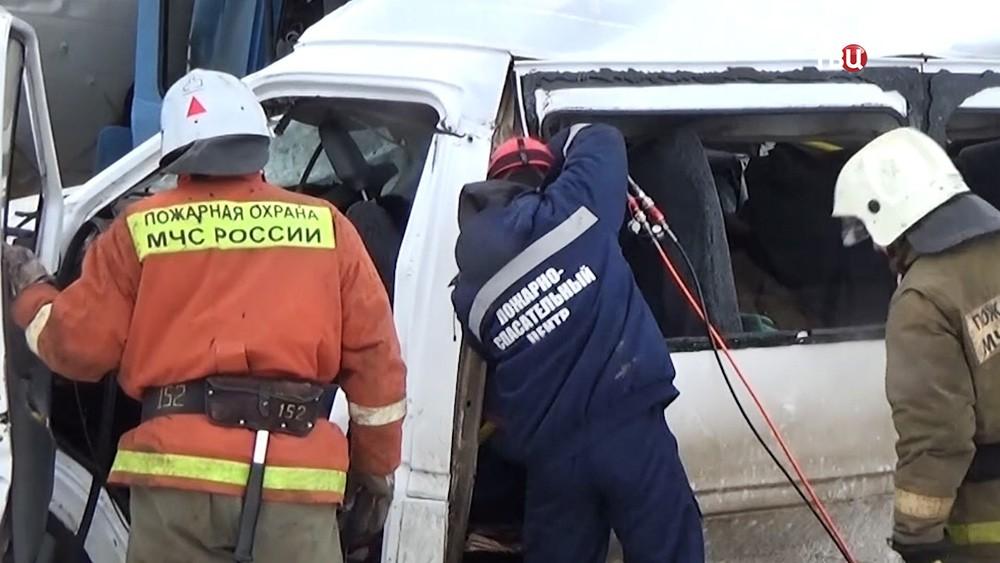 Спасатели МЧС работают на месте ДТП