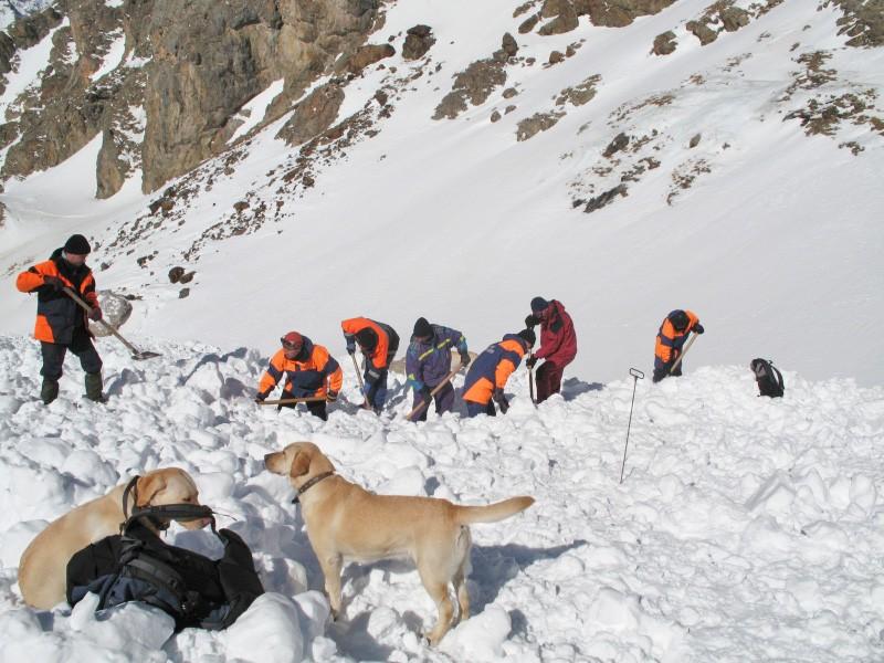 Спасатели МЧС на месте схода лавины