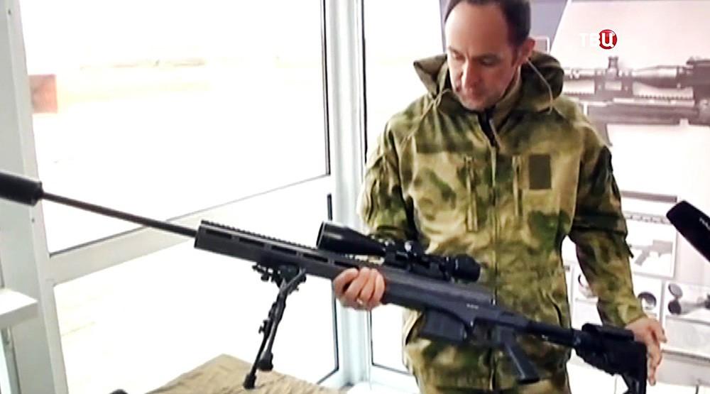 Украинский военный держит винтовку Мосина