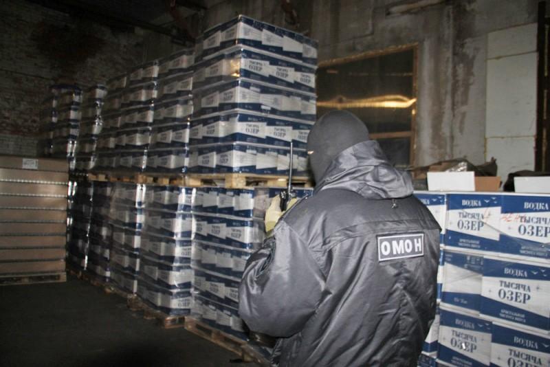 Бойцы ОМОН ликвидировали цех по производству контрафактного алкоголя