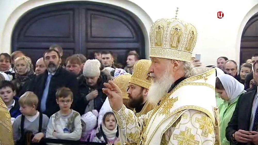 Патриарх Московский и всея Руси Кирилл проводит службу