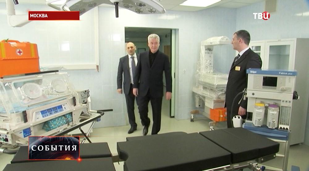 Мэр Москвы Сергей Собянин во время посещения роддома