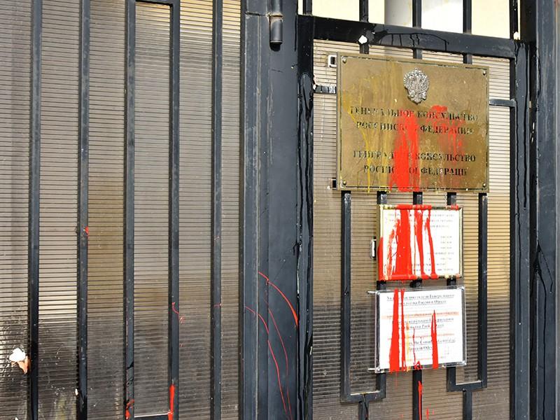 Следы от краски и яиц, которыми участники акций в защиту Надежды Савченко забросали консульство Российской Федерации в Одессе