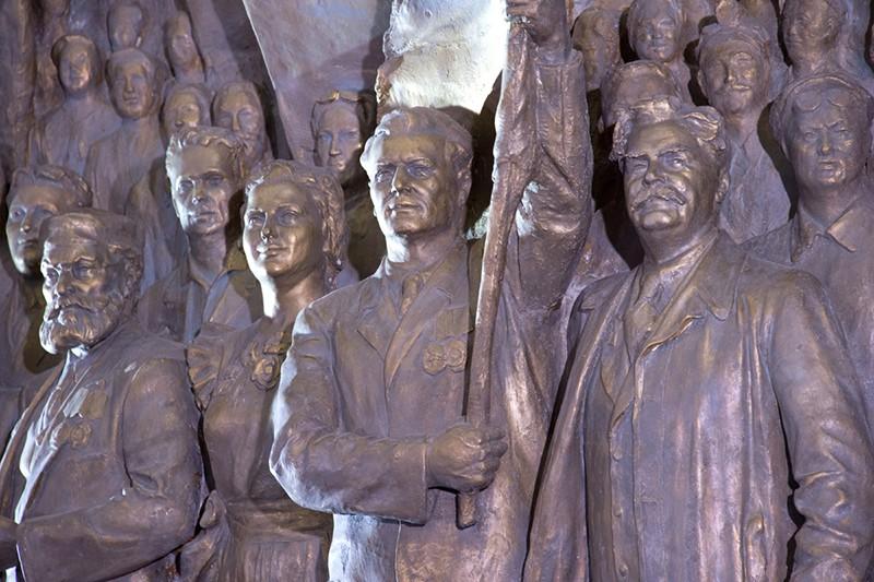Открытие горельефа «Знаменосцу мира, советскому народу — слава!»