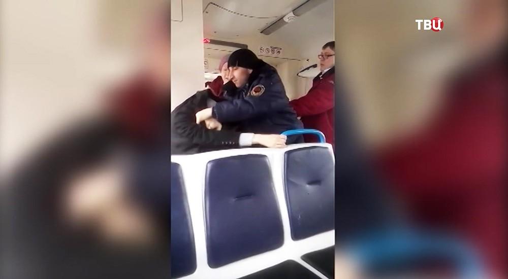 Драка между контролерами и пассажиром в электричке