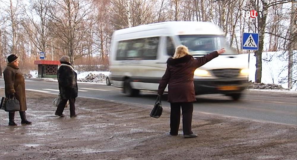 Люди на автобусной остановке