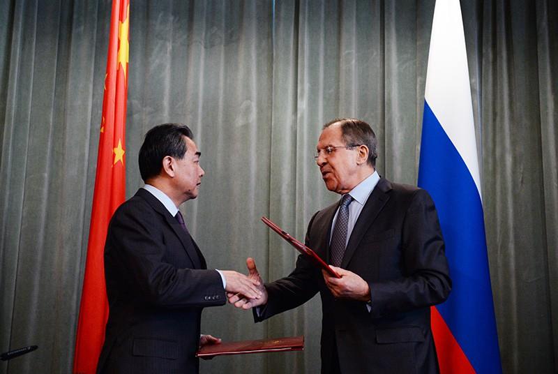Глава МИД КНР Ван И и министр иностранных дел РФ Сергей Лавров на пресс-конференции